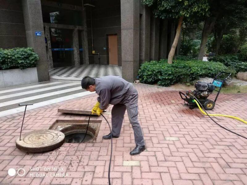 使用高压冲洗机对园区所有污水主管道进行清理冲洗