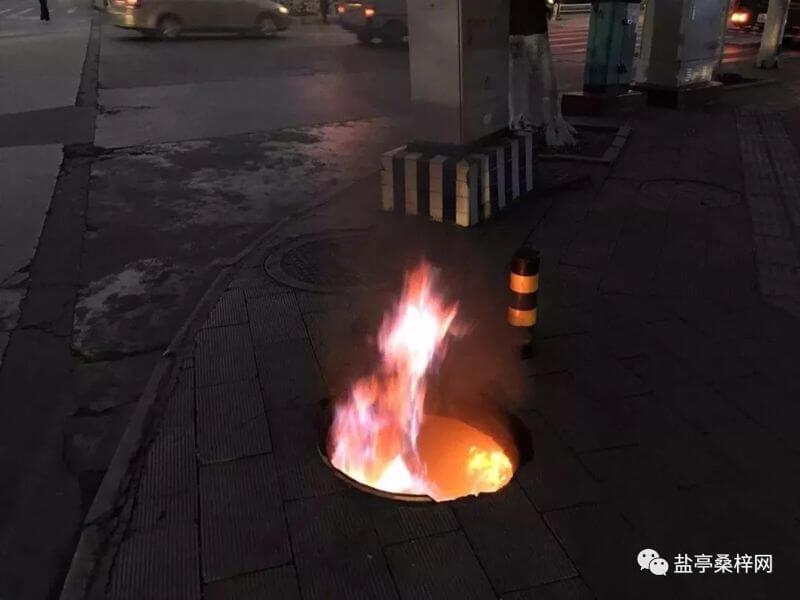 这是一个起火的窨井口