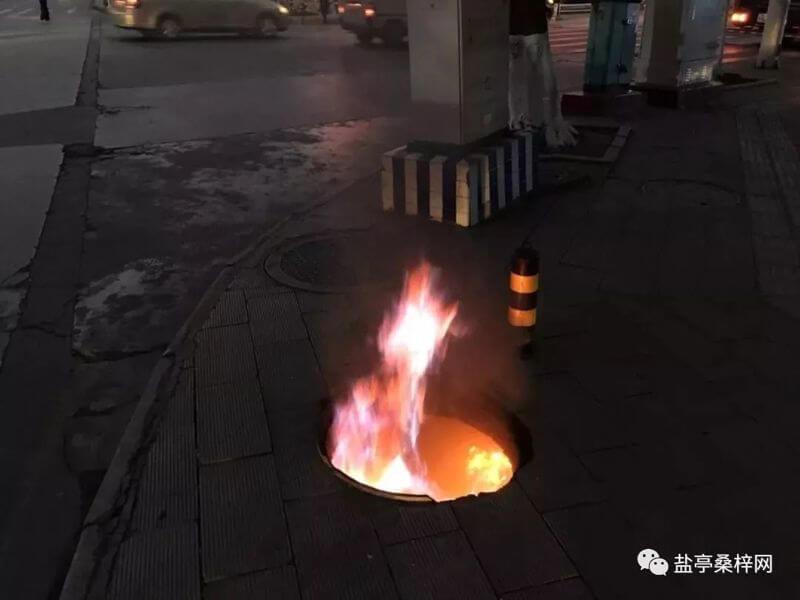 高新区双碑五队十字路口一窨井燃火了